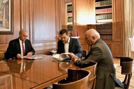 Συνάντηση του Πρωθυπουργού με τους Καθηγητές του ΕΚΠΑ Χρήστο Ζερεφό και Ευθύμη Λέκκα